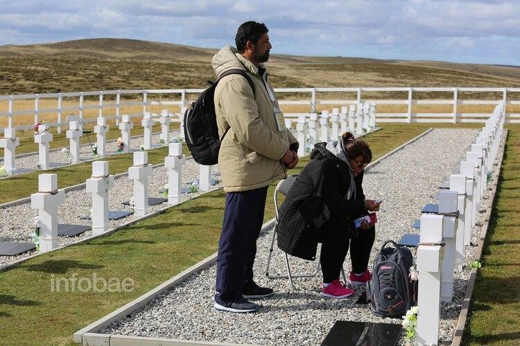 Los hermanos de Ramón Cirilo Blanco lloran frente a la tumba del soldado caído. El correntino acudió a la guerra de Malvinas con poca instrucción militar (Infobae)
