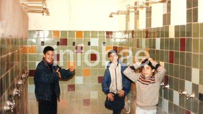 Luis Scola (el de campera azul oscura) junto a dos compañeros en el vestuario del club en 1988