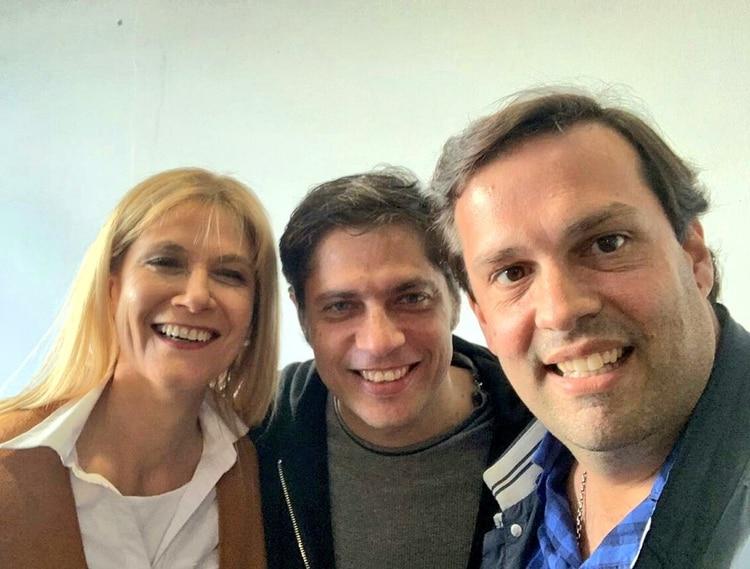 Juan Agustín Debandi, a la derecha de la vicegobernadora Verónica Magario y el gobernador Axel Kicillof.