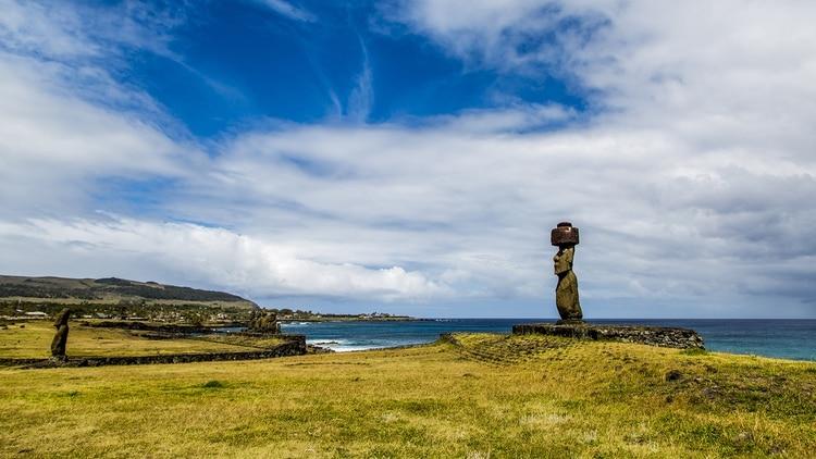 La Isla de Pascua cuenta con toda la impronta típica de esa geología: arena blanca, palmeras cocoteras, azul cielo mar sin horizonte, olas que acarician pero sigue siendo casi virgen, con escasos visitantes. Y, además, están los moais.