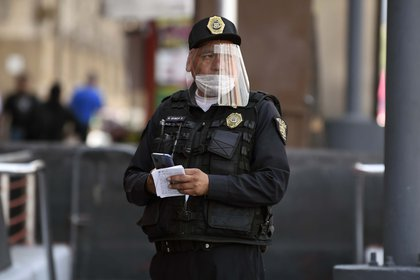 En algunos estados de la República, es obligatorio portar cubrebocas al salir de casa (Foto: AFP)