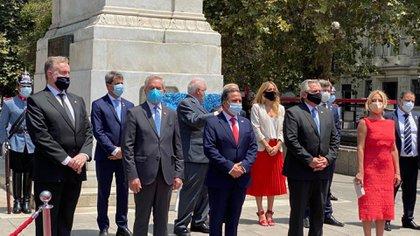 La delegación argentina colocó una ofrenda floral ante el Monumento a Bernardo de O'Higgins y luego ante el cercano Monumento al General San Martín. (Servicio Informativo Gobierno de San Juan)