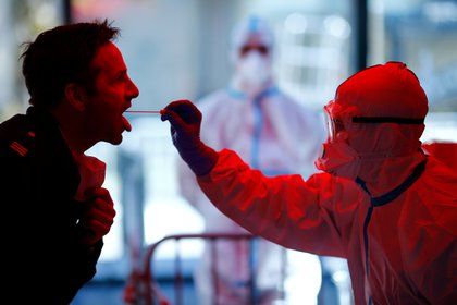 Esta prueba es realizada por profesionales de la salud utilizando un hisopo nasofaríngeo extraído de un paciente (REUTERS/Thilo Schmuelgen )