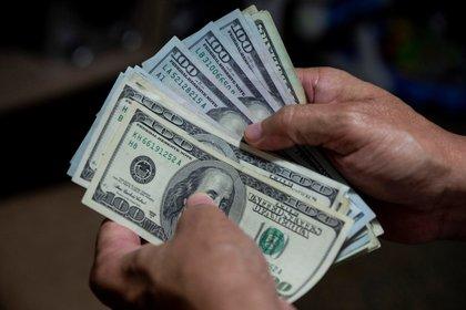 Fotografía ilustrativa que un fajo de billetes de dólares, el 30 de julio de 2020. EFE/Rayner Peña R/Arcivo