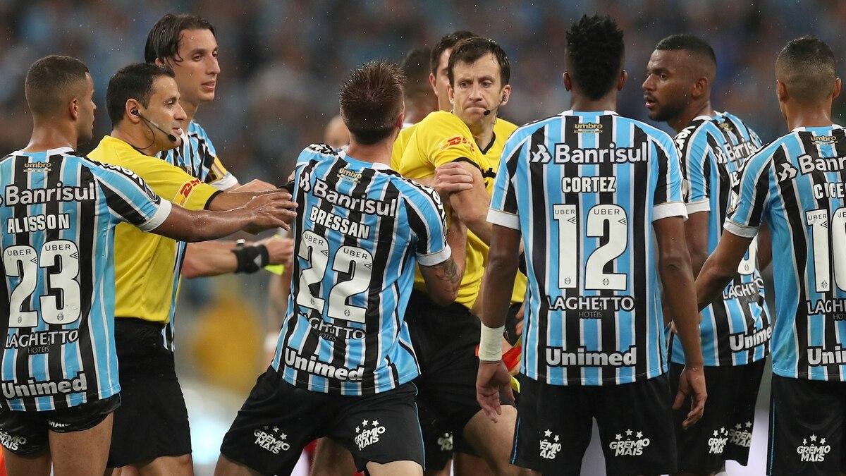 ffde215ef7d72 Por qué el árbitro Andrés Cunha acertó en la sanción del penal de Bressan  que le dio la clasificación a River - Infobae