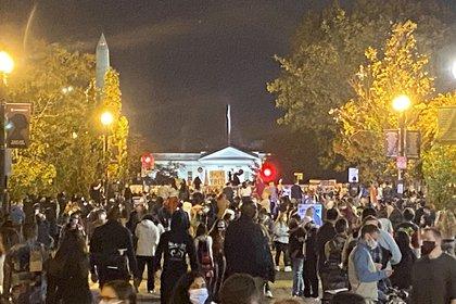 La multitud reunida frente a la Casa Blanca / SEBASTIÁN FEST