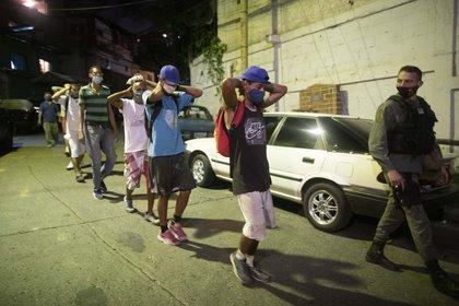 Grupo de jóvenes arrestados por la Guardia Nacional por incumplimiento de la cuarentena en Caracas (AP)