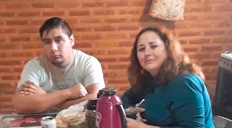 Martín y Ayelén, en el departamento que comparten junto a sus hijos en Fernández Oro
