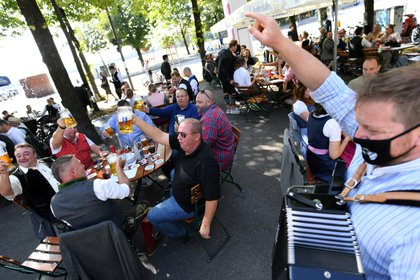 Gente bebe cerveza en un bar al aire libre cerca de Theresienwiese, Munich, durante el brote de coronavirus. REUTERS/Andreas Gebert?