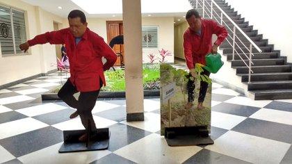 Estas imágenes de Chávez bailando y regando una planta presiden el acceso a la Casa Amarilla, sede de la Cancillería venezolana