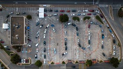 Los casos de COVID.19 están en aumento en los EEUU: hay filas para hacerse la prueba, como esta en Austin, Texas. (Tamir Kalifa/The New York Times)