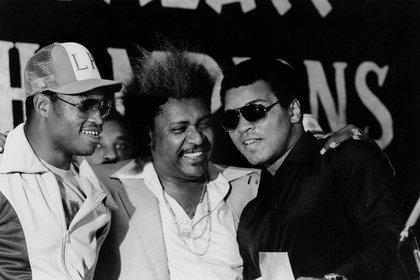Holmes, Don King y Alí en aquel 1980 (Foto: Reuters)
