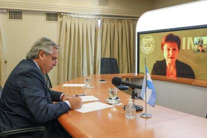 Alberto Fernández, en una conversación con la directora gerente del FMI Kristalina Georgieva. (Foto: Presidencia / Esteban Collazo)