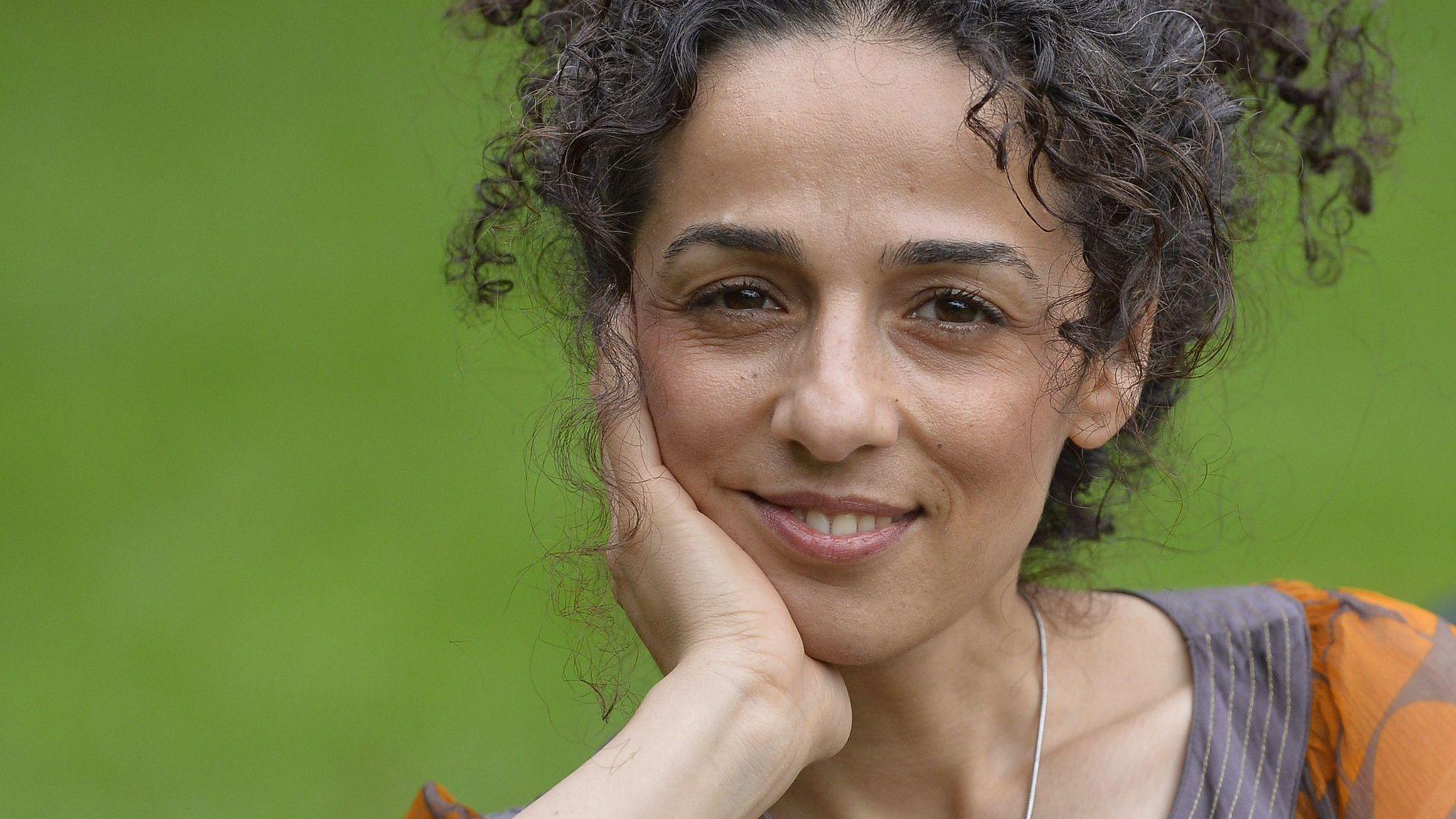 Masih Alinejad, de 37 años, periodista iraní residente en Gran Bretaña, posa para un retrato en Londres el 8 de octubre de 2013. REUTERS / Toby Melville