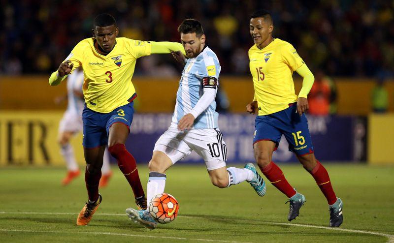 Foto de archivo del delantero de Argentina Lionel Messi marcando frente a Ecuador en Quito, en el cierre de la eliminatoria sudamericana al Mundial, 2018, pese a la marca de Robert Arboleda (3) y Jefferson Intriago.  Oct 10, 2017.  REUTERS/Henry Romero