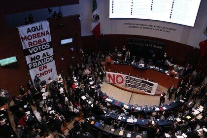 """Las mantas de Morena acusaban de """"golpismo""""; la oposición, de """"fraude"""" (Foto: cuartoscuro)"""
