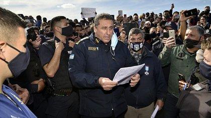 El jefe de policía, comisario general Daniel García, negociando con los policías rebeldes que exigían aumento salarial y mejora en las condiciones de trabajo. (Gustavo Gavotti)
