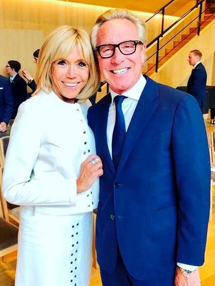 Edouard Vermoulen junto a Brigitte Macron (@natancouture)