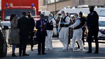 Oficiales de la policía aseguran el área donde fue acuchillada una oficial de la policía, en Rambouillet, cerca de París, Francia (Reuters/ Gonzalo Fuentes)