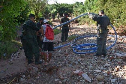 Efectivos de la Gendarmería Nacional Argentina descubrieron un conducto tubular bajo tierra (Gendarmería)