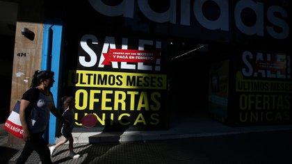 Los precios de los alquileres y la caída de la demanda impactan en el comercio (REUTERS/Agustin Marcarian)
