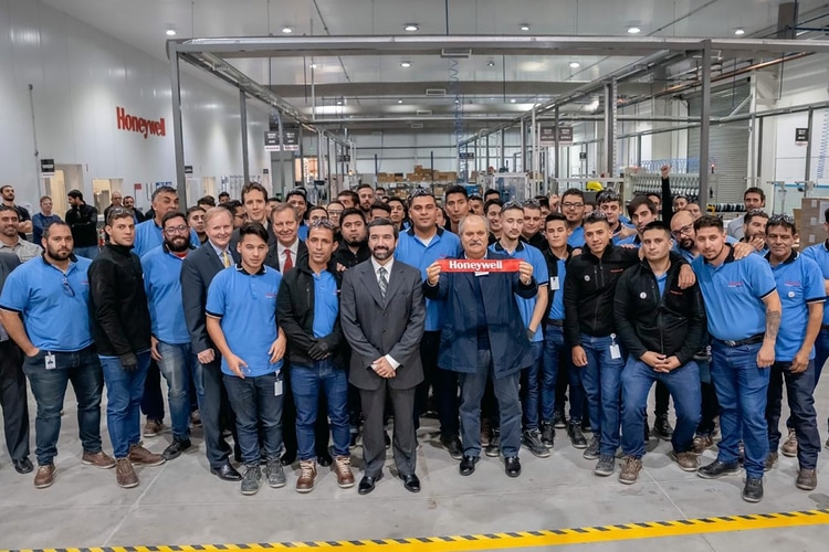 Craig Breese, José Fernandes y Alejandro Granados comparten la foto grupal con los 90 empleados de Honeywell en Ezeiza