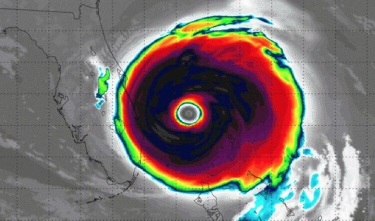 El ojo es el centro de la tormenta del huracán, donde se juntan las nubes que arrastra el fenómeno climático. (Foto: Twitter)