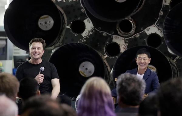 Elon Musky Yusaku Maezawa durante el anuncio (AP Photo/Chris Carlson)