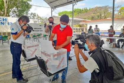 El simulacro fue abarcó ingreso al recinto y procedimiento de votación (Foto: Twitter @INE_Chiapas)