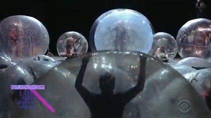 El público pudo cantar y bailar dentro de las burbujas
