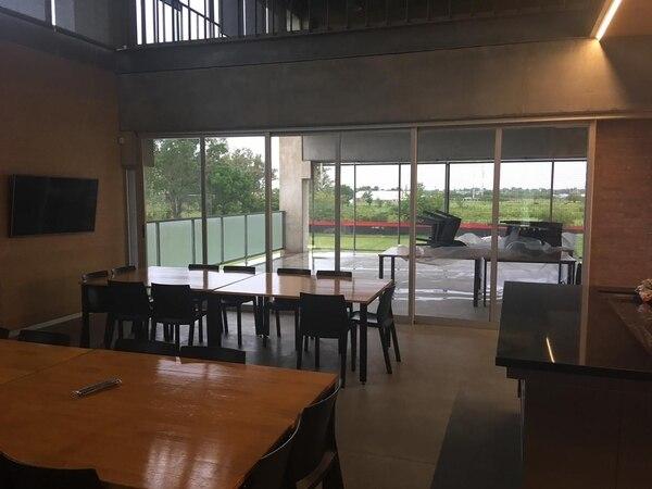 Un ventanal separa el comedor y la zona de parrillas, que ya fue estrenada