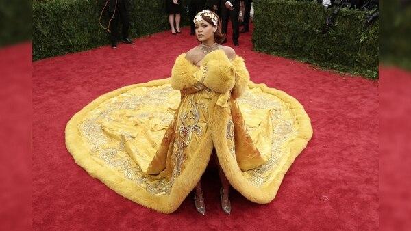 fue uno de los looks que más atención acaparó durante la gala del Met de 2015. La larguísima capa amarilla de terciopelo de la diseñadora china Guo Pei fue objeto de memes