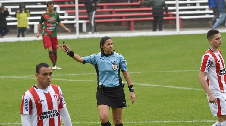 Umpiérrez es árbitra internacional desde 2010 y ya dirigió en la Primera División del fútbol uruguayo (AFP)