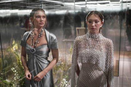 Kate Moss junto a su hija Lila Grace Moss también fueron elegidas por el diseñador para protagonizar el nuevo desfile de Fendi (AFP)