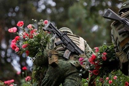 Foto de archivo. Soldados cortan amapolas de opio mientras destruyen un campo de plantación ilegal en la Sierra Madre del Sur en el estado sureño de Guerrero, México. 25 de agosto de 2018. REUTERS/Carlos Jasso