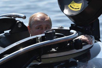 Vladimir Putin se sumergió en un C-Explorer 3 parahomenajear a un submarino soviético hundido en la segunda guerra mundial (Photo by Alexey NIKOLSKY / SPUTNIK / AFP)