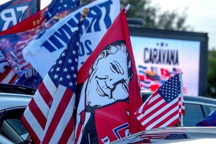 Miles de partidarios de Trump asisten a una caravana masiva llamada Caravana anticomunista en Miami, Florida, EE. UU., 10 de octubre de 2020. (EFE)