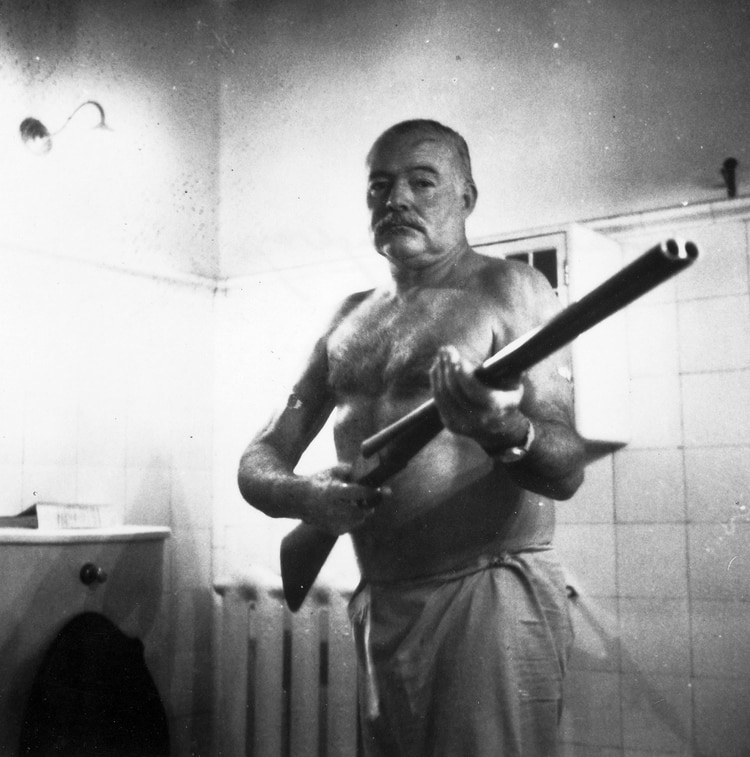 Hemingway se suicidó con su arma favorita