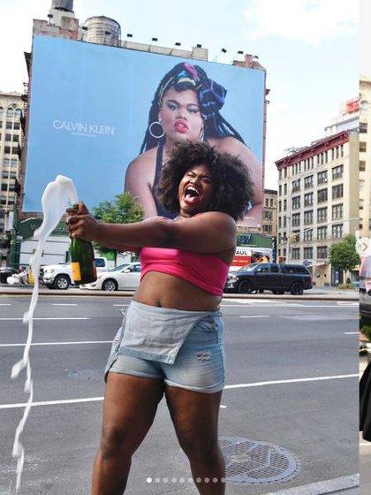 Jari Jones festejando junto a su posteo en las calles de Nueva York (Instagram)