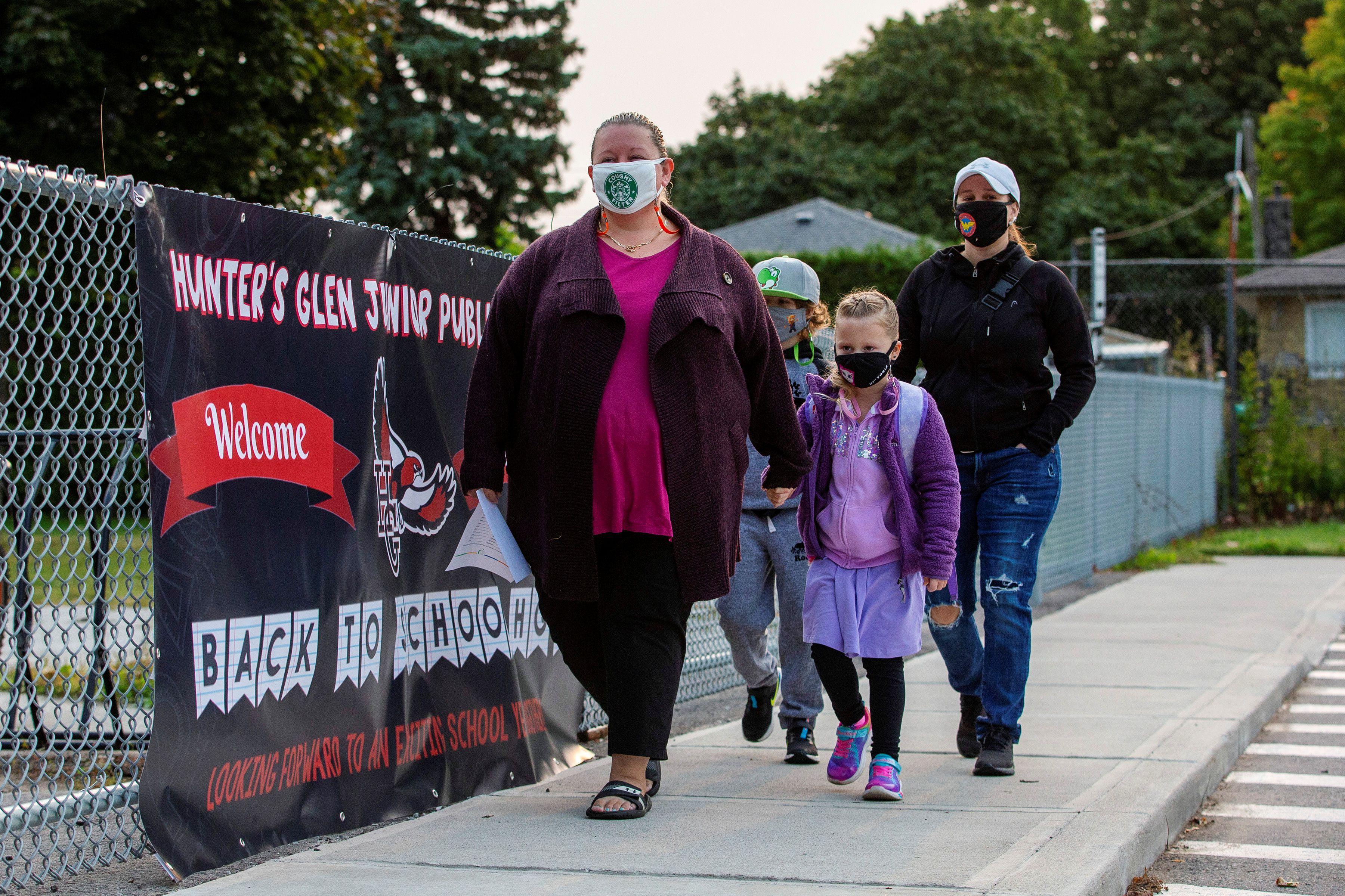 Los estudiantes llegan por primera vez desde el inicio de la pandemia de COVID-19 a la escuela pública Hunter's Glen Junior, que forma parte de la Junta Escolar del Distrito de Toronto. REUTERS/Carlos Osorio