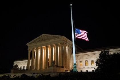 La bandera fuera de la Corte Suprema, a media asta a modo de luto por la muerte de Ruth Bader Ginsburg. Foto: REUTERS/Al Drago