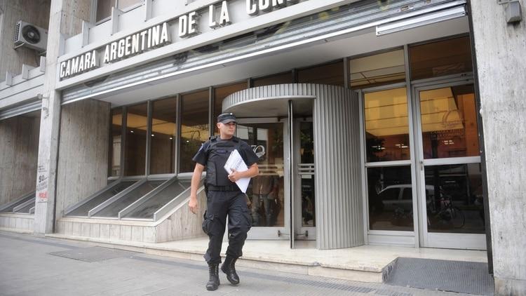 Un policía se retira de la CAC con documentación