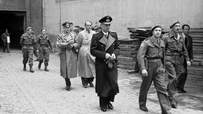 """Dönitz al momento de ser arrestado por las fuerzas británicas, el 23 de mayo de 1945. Su """"gobierno de Flensburg"""" había durado apenas 23 días"""