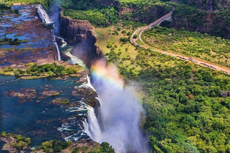 Es una de las mayores atracciones de África y una de las cataratas más espectaculares del mundo. Las Cataratas Victoria se encuentran en el río Zambezi, el cuarto más grande de África, que también define la frontera entre Zambia y Zimbabwe. Se trata de la única catarata en el mundo con una longitud de más de un kilómetro y una altura de más de cien metros