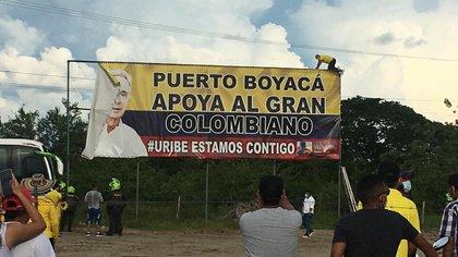 Puerto Boyacá quitó la valla que exaltaba a Álvaro Uribe: habitantes dicen que marca un antes y un después en el municipio