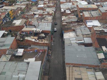 Techos de chapa y algunas calles asfaltadas en las zonas medias que rodean al teleférico