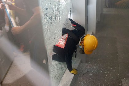 Un manifestante logra entrar a la sede legislativa (Reuters)