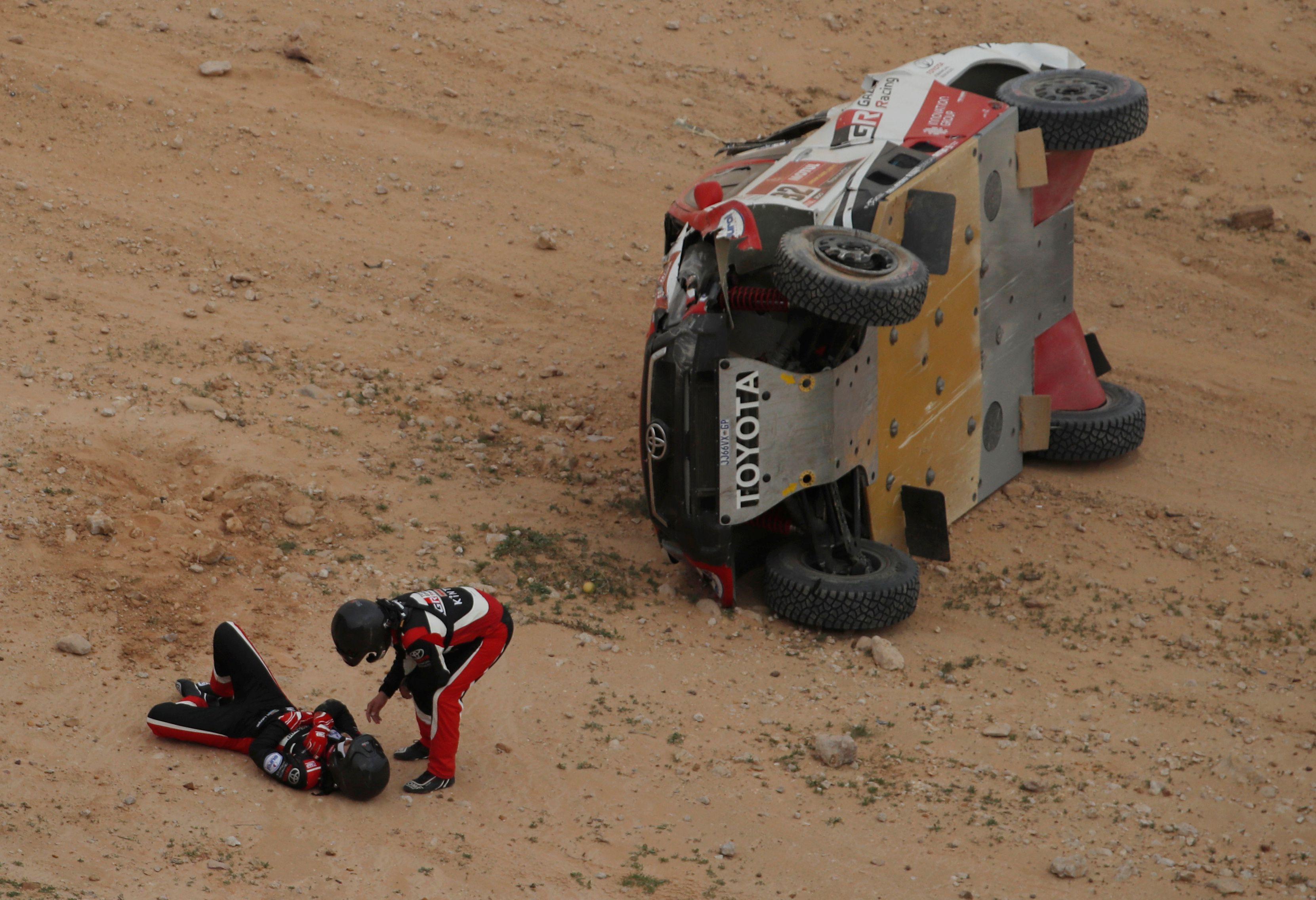 Henk Lategan y Brett luego del accidente sufrido a bordo de su Toyota. Foto: REUTERS/Hamad I Mohammed TPX IMAGES OF THE DAY