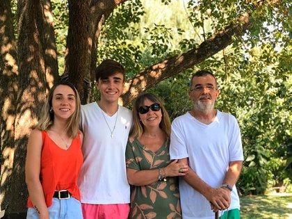 Oscar junto a su esposa y sus dos hijos menores