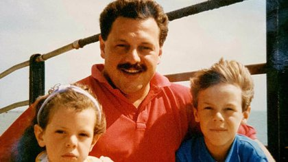Phillip Witcomb junto con sus hijos en Mallorca (foto: express.co.uk)